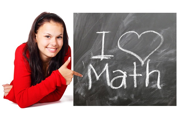 Schülerin mit Tafel